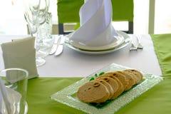 Tradycyjnego Żydowskiego passover gefilte karmowa ryba z marchewkami, pietruszką, horseradish i sałatą na białym pościel stole, Obrazy Stock