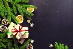 Tradycyjnego Bożenarodzeniowego ciemnego tła odgórny widok Nowego Roku składu świerczyny gałąź sosny rożek Przedstawia Pomarańczo zdjęcia stock