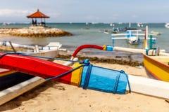 Tradycyjnego Indonezyjskiego odsadnia stylu łodzi rybackiej drewniany jukung na plaży przy Sanur, Bali, Indonezja zdjęcia royalty free