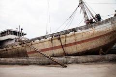 Tradycyjnego Indonezyjskiego phinisi łódkowata kurtyzacja przy Sunda Kelapa stary Obraz Stock