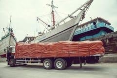 Tradycyjnego Indonezyjskiego phinisi łódkowata kurtyzacja przy Sunda Kelapa stary Zdjęcia Stock