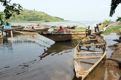 Tradycyjnego rybaka jeziorna Kivu łódź przy Gisenyi Zdjęcia Stock