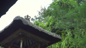Tradycyjnej Bali architektury Hinduskie świątynie na zielonym tropikalnym drzewo krajobrazie Antyczna tradycyjna architektura w B zbiory