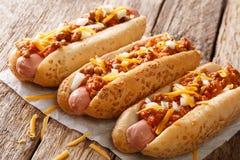 Tradycyjni Amerykańscy chili hot dog z cheddaru serem, cebula a fotografia royalty free