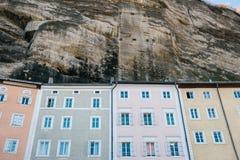 Tradycyjni Austriaccy stubarwni domy w skale w Salzburg Austriacka architektura budynków domy Salzburg Zdjęcia Stock