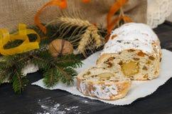 Tradycyjni boże narodzenia stollen Niemieckiego świątecznego deser Obrazy Royalty Free