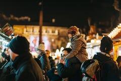 Tradycyjni boże narodzenia wprowadzać na rynek atmosferę w Strasburg, Francja zdjęcia royalty free