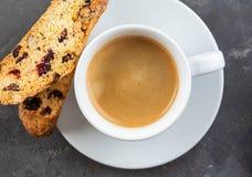 Tradycyjni Bożenarodzeniowi ciasta, Włoska domowej roboty piec cakewith kawa z dokrętkami, biscotti lub cantuccini, i zdjęcie royalty free