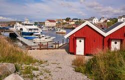 Tradycyjni budynki w Norweskiej połów zatoce, prom, łodzie rybackie Fotografia Royalty Free