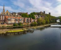 Tradycyjni budynki wzdłuż banka Rzeczna odzież, Durham, Anglia zdjęcia royalty free