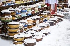 Tradycyjni bulgarian gliniani garnki zakrywający z śniegiem Obraz Stock
