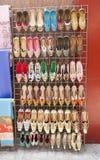 Tradycyjni buty dla sprzedaży w Dubaj souk obraz royalty free