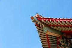 Tradycyjni chińskie świątynia w Tajlandia dekorował z mitologicznymi bestiami Obrazy Royalty Free