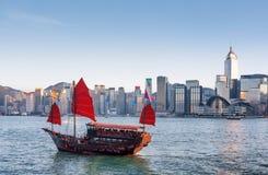 Tradycyjni Chińskie żeglowania drewniany statek z czerwonymi żaglami zdjęcie stock
