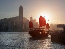Tradycyjni Chińskie żeglowania statek z czerwonymi żaglami, Hong Kong Zdjęcie Stock