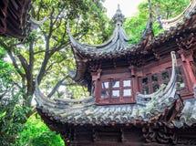 Tradycyjni chińskie czerwony budynek z ozdobnym dachem przy Yu ogródami, Szanghaj, Chiny obrazy stock