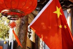 Tradycyjni Chińskie czerwony lampion i flaga państowowa Chiny fotografia royalty free