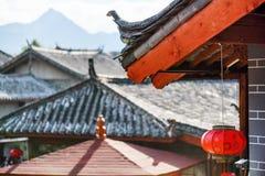 Tradycyjni Chińskie dach dekorował z czerwonym lampionem, Lijiang obraz stock