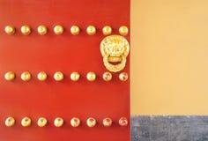 Tradycyjni chińskie drzwi z złocistym lwem Zdjęcia Royalty Free