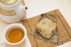 Tradycyjni Chińskie glutinous ryżowa klucha z filiżanką herbata i teapot horyzontalni Fotografia Royalty Free