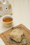 Tradycyjni Chińskie glutinous ryżowa klucha z filiżanką herbaty i teapot vertical Zdjęcia Royalty Free
