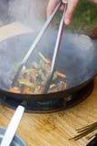 Tradycyjni chińskie jedzenie - wok kucharstwo dalej otwierał ogień obrazy royalty free