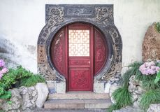 Tradycyjni chińskie kółkowy czerwony drzwi z drewnianymi ornamentami przy Yu ogródami, Szanghaj, Chiny fotografia royalty free