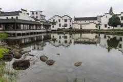 Tradycyjni Chińskie wioska wzdłuż rzeki zdjęcie royalty free