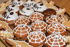 Tradycyjni ciasta Halloween w postaci babeczek z pająk siecią żywego trupu ciastko uderzają Obrazy Stock