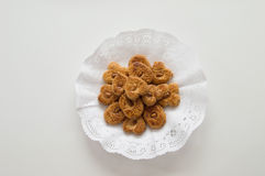 Tradycyjni ciastka przedstawiający w tacy na białym tle Zdjęcie Stock