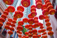 Tradycyjni czerwoni lampiony na drapacza chmur tle Zdjęcie Royalty Free