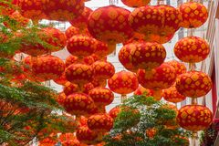 Tradycyjni czerwoni lampiony na drapacza chmur tle Zdjęcia Royalty Free