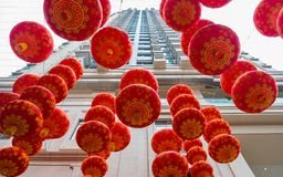 Tradycyjni czerwoni lampiony na drapacza chmur tle Obraz Royalty Free