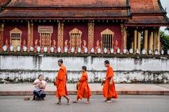 Tradycyjni datki daje ceremonii Luang Prabang, Laos zdjęcia royalty free