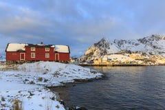 Tradycyjni domy w wiosce Henningsvaer zdjęcia royalty free
