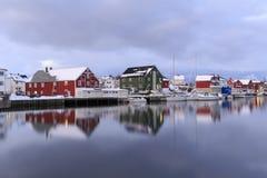 Tradycyjni domy w wiosce Henningsvaer obrazy royalty free