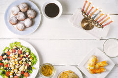 Tradycyjni Hanukkah naczynia na białym drewnianym stole zdjęcie stock