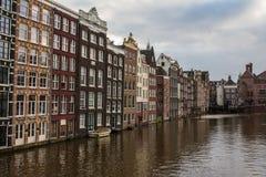 Tradycyjni holenderów domy na bankach kanał w centrum Amsterdam Holandie obrazy royalty free
