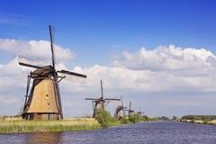 Tradycyjni Holenderscy wiatraczki na słonecznym dniu przy Kinderdijk Zdjęcia Stock