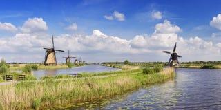 Tradycyjni Holenderscy wiatraczki na słonecznym dniu przy Kinderdijk Zdjęcie Royalty Free