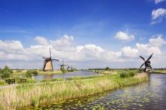 Tradycyjni Holenderscy wiatraczki na słonecznym dniu przy Kinderdijk Fotografia Stock