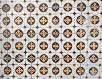 Tradycyjni kolorowi azulejos w Lisbon, Portugalia - koloru żółtego i czerni płytki zdjęcie royalty free