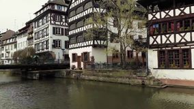 Tradycyjni kolorowi domy w losie angeles Ma?y Francja, Strasburg, Alsace, Francja ?redniowieczna domowa fasada, historyczny miast zdjęcie wideo