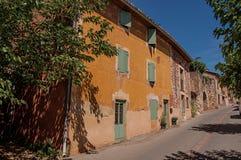 Tradycyjni kolorowi domy w ocher i niebieskie niebo w Roussillon Fotografia Stock