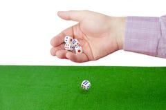 Tradycyjni kostka do gry w samiec oddawali stół z zielonym płótnem Zdjęcie Royalty Free