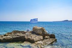 Tradycyjni krzesła z stołem tradycyjna tawerna przy piękną Grecką wioską Marathopolis lokalizowali w Messinia, Greec - Zdjęcie Stock