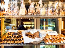 Tradycyjni lokalni ciastka i ciasta w sklepie zdjęcie royalty free