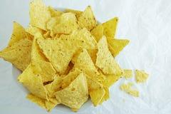 Tradycyjni Meksykańscy tortilla układy scaleni lub nachos na białego papieru tle Zdjęcia Royalty Free