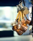 Tradycyjni miedziani kawa garnki strzelali w Uroczystym bazarze Istanbuł Fotografia Stock