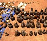 Tradycyjni miotacze i garnki przy rękodzieło miejscowym wprowadzać na rynek Kei Afera, Omo dolina, Etiopia obraz stock
